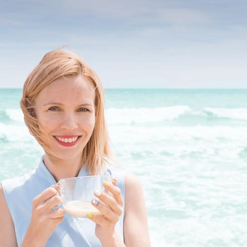 Un verre de jus de soja au bord de l'océan
